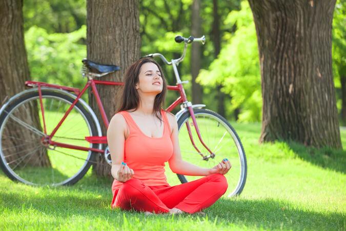 公园里骑着自行车的快乐女孩
