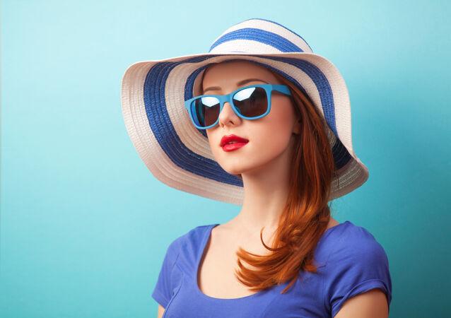 红发女孩 戴着墨镜 蓝色的帽子