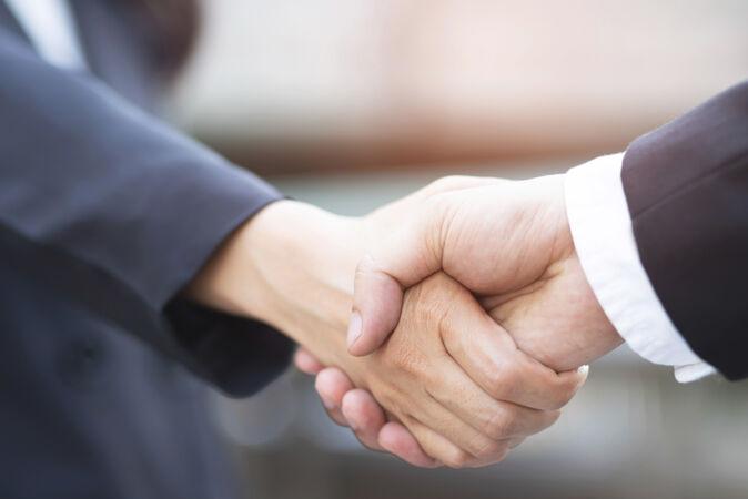 一个商人的特写两个同事之间握手女商人就可以了 成功的牵手了