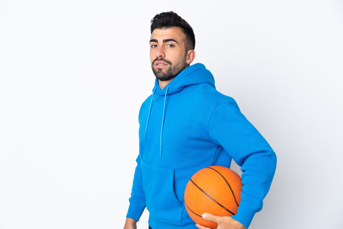 白人男子在孤立的白人背景下打篮球