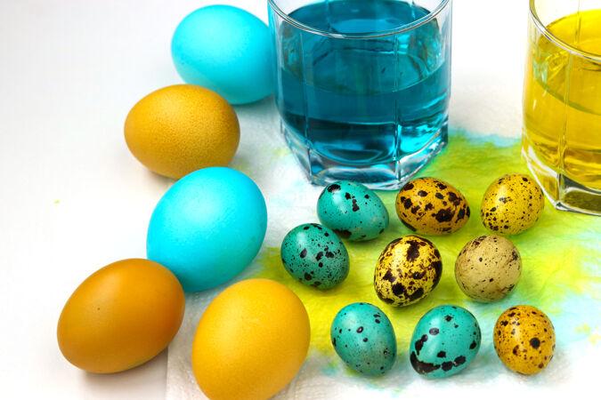 黄色和蓝色的鸡和鹌鹑蛋复活节 春季假期的概念