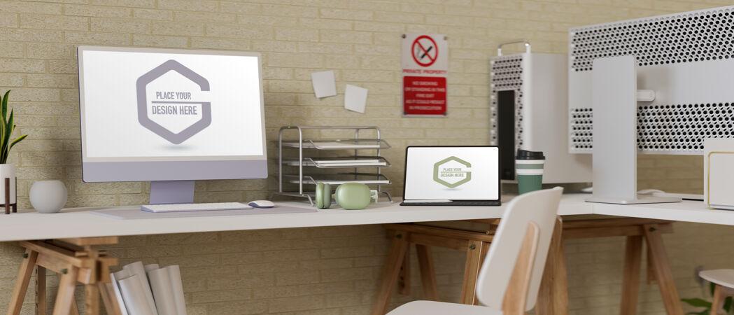 办公桌配有电脑和笔记本电脑模型