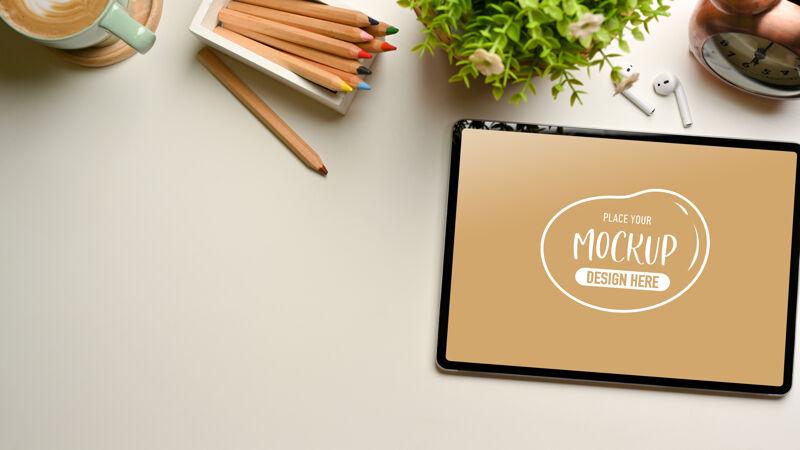 创意平板电脑模型 彩色铅笔和装饰 顶视图工作区