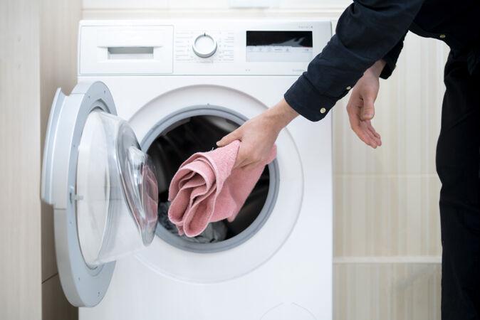 把洗衣粉装进洗衣机