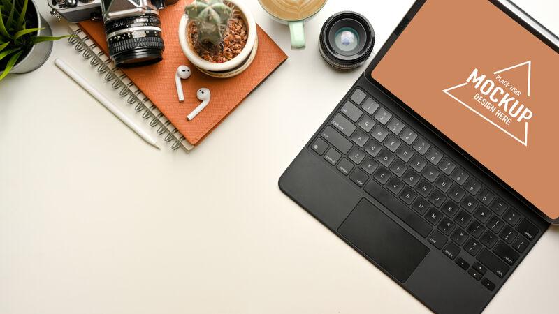 创造性的平板电脑模型 相机 笔记本和白色办公桌上的复制空间 顶视图工作区