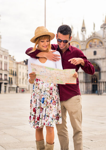 年轻夫妇在威尼斯游玩-游客在意大利旅游和观光威尼斯最相关的地标-关于生活方式 旅游 旅游的概念