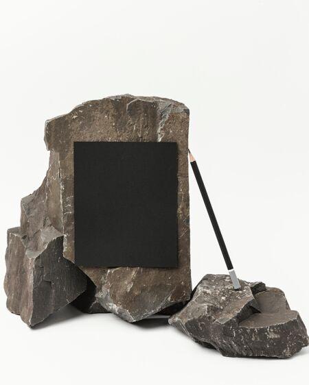 用深色石头做的文具模型