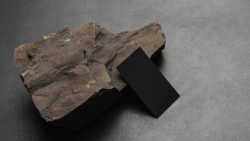 文具模型与黑暗崎岖的岩石